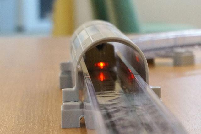 リニアライナーのテールライトは、JR東海の超電導リニアと同様に赤色