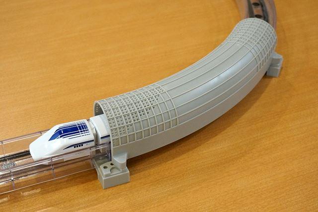 トンネルは、山梨実験線のトンネル緩衝工がモデルで、微気圧波軽減用の多孔板をデザインしているそうですよ