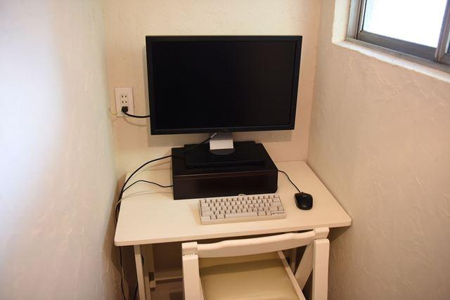 モニターは27型。写真では見えていませんが、イスの横にタワー型のデスクトップPCがあります