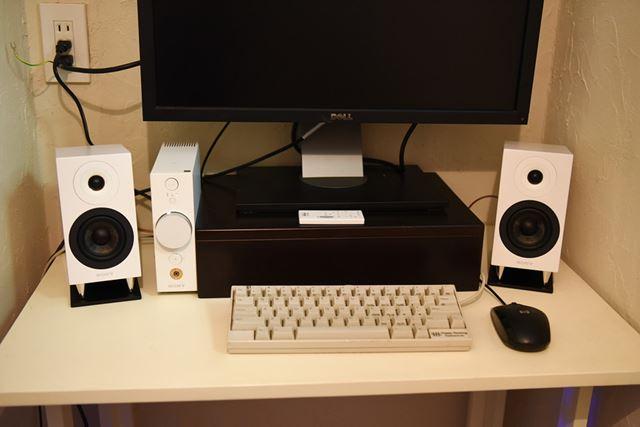 最終的にはこうなりました。モニターの台に置いてあるのは付属リモコンです