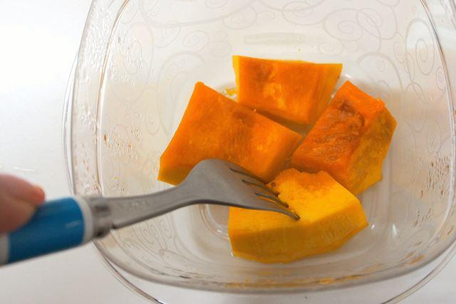適当な大きさに切ったかぼちゃを耐熱容器に入れ、レンジでやわらかくなるまでチン
