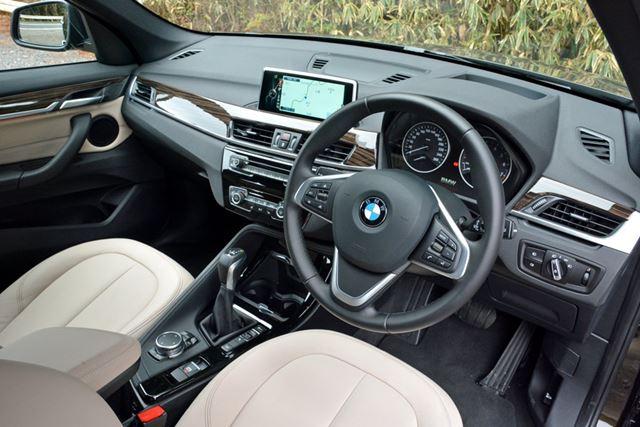 ドライバーを優先させるダッシュボードの造形など、室内はBMWらしい世界が維持されている