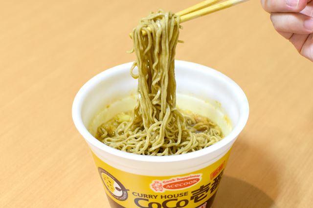 そばは、一般的なインスタント麺という印象。インパクトの強いスープには勝てなかったか?