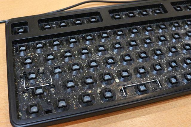 キートップをすべて外したキーボード。ハウスダストアレルギーの筆者は、見ているだけでくしゃみが出そう