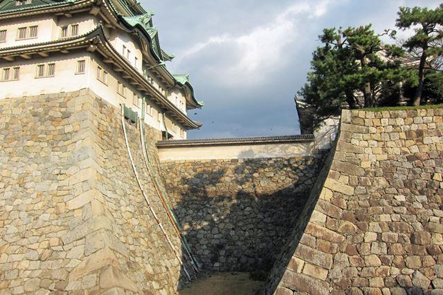 小天守と天守を結ぶ橋台(土橋)。正面からはやすやすと入れない複雑設計となっている
