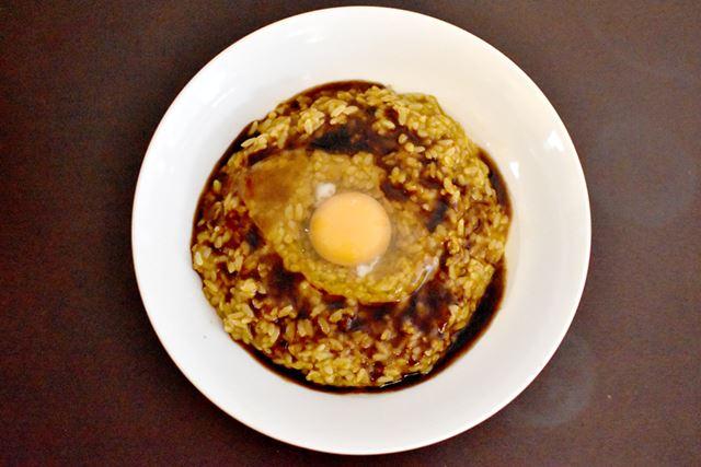 添付のウスターソースと、別に用意した生卵を乗せたら、完成までもう一息!