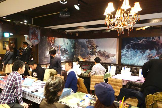 壁一面にモンハンの巨大ポスターが貼られている