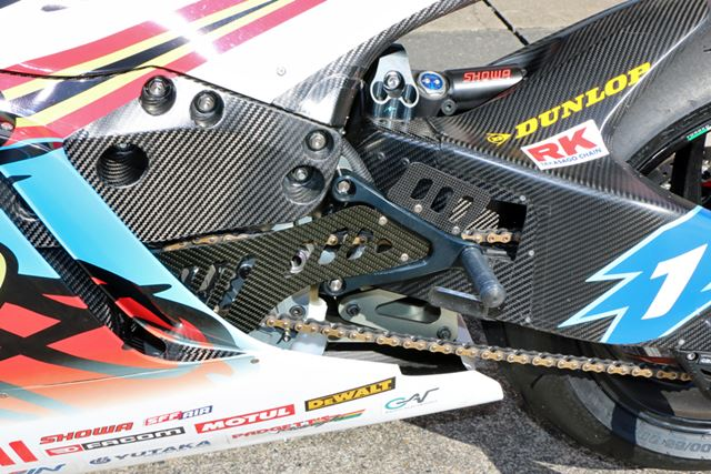 左足側にも後輪用のブレーキペダルは見当たらない。リアブレーキは左手で操作する