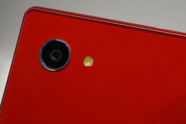 メインカメラは、有効画素数約1310万の裏面照射型CMOSイメージセンサーを使用する