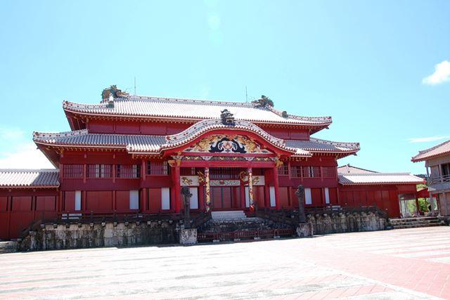 沖縄独自の文化を感じられる、首里城での一コマ。青い空がまぶしい!