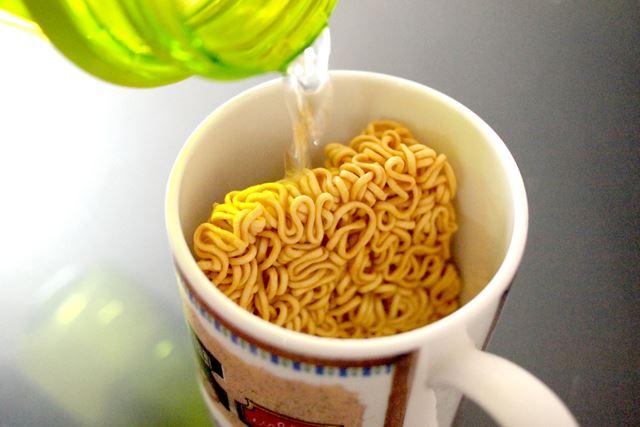 内容量は30g。マグカップに麺を入れ、200ccほどの熱湯を注ぎます。お湯を入れて4分ほど待つと完成します
