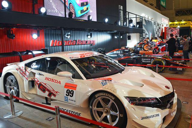 ホンダのブースの中央には、F1やスーパーGTマシン、MotoGPマシンなどレーシングカーが飾られた