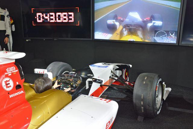 全日本スーパーフォーミュラー選手権用のレーシングカーに乗車できるホンダの体験コーナー