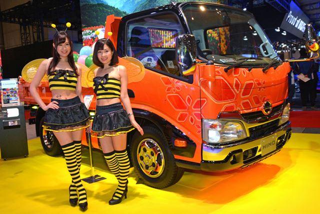 日野自動車は「フラワーパーク」がテーマ。キャンギャルのご覧のようなミツバチ仕様