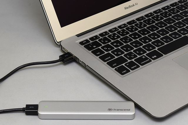 PCと接続。ケースにはアクセスランプも付いている