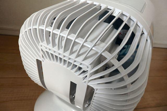 下部は360°吸気口になっています。全方位から空気を吸い込むことで小型ながらも強力な風を噴出セル仕組み