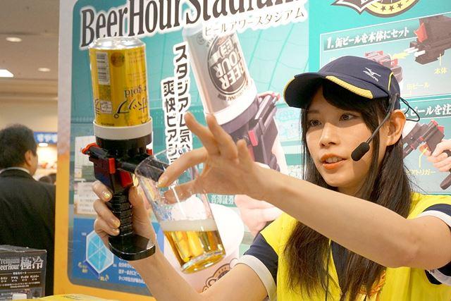 本体に缶ビールをセットし、パワートリガーを引いてコップにビールを注ぎます