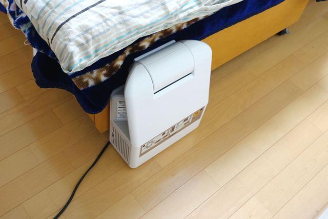 我が家では、毎日使えるように常にベッド下に装備。シンプルでコンパクトな本体なので、じゃまになりません