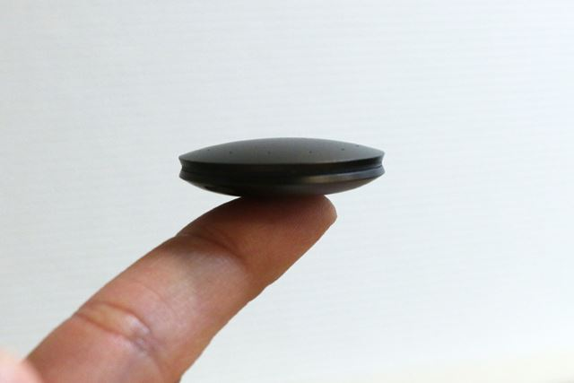 直径30.5mm、厚さ8mm。重さは8.5gで装着時の負担はほぼ感じない