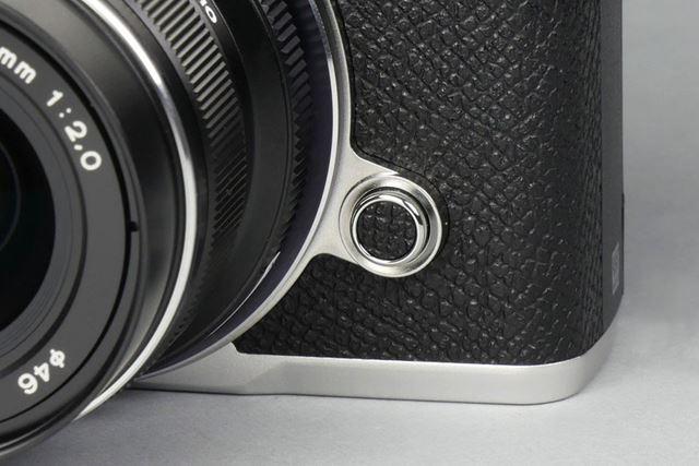 レンズ取り外しボタンにも革調素材が用いられている