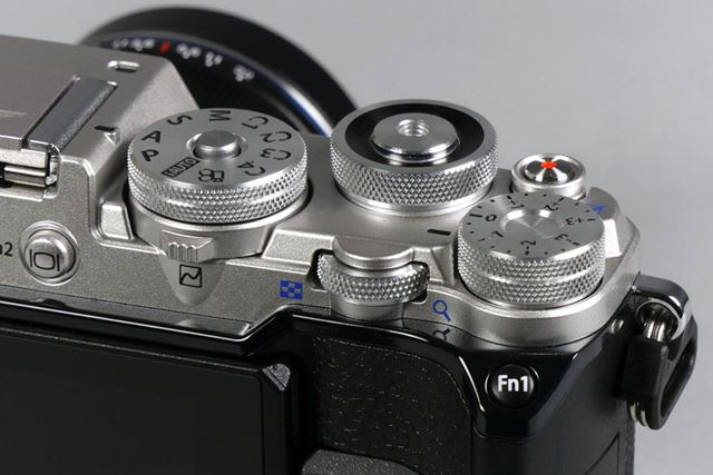 露出補正ダイヤルが追加された。モードダイヤルにはカスタムポジションが4つ(C1〜C4)用意されている