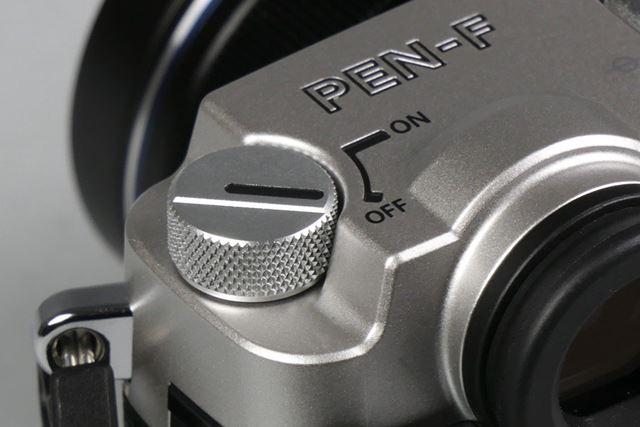 フィルムの巻き戻しノブのようなデザインの電源スイッチ