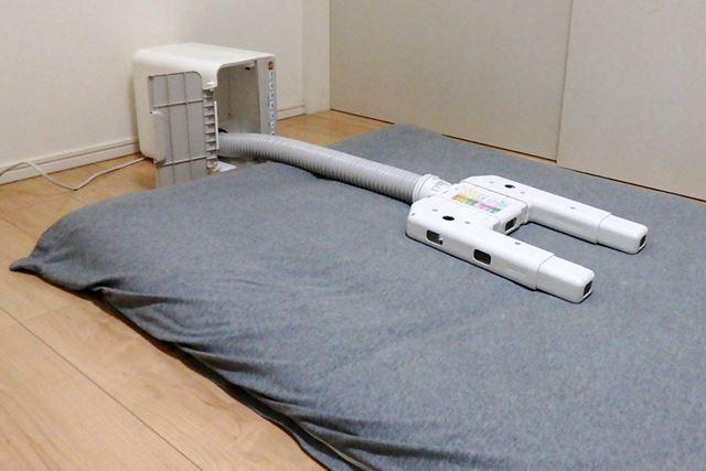 ちなみに、ベッドのような高さのない床に敷いている布団の場合、本体を横にして使用することも可能