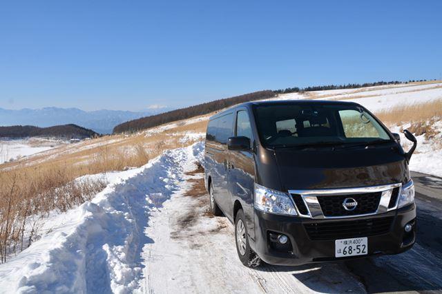 パートタイム4WDのNV350キャラバン プレミアムGX 4WDは、横滑り防止装置もないプリミティブな商用車だ