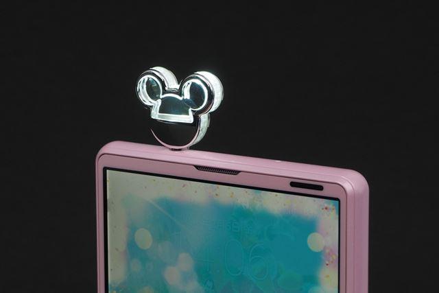 Disney Mobile on docomoの最新モデル、DM-01H。ディズニースマホピアスが同梱される