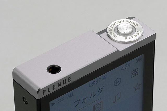 電源ボタンの周りにはLEDで発光するギミックを備える