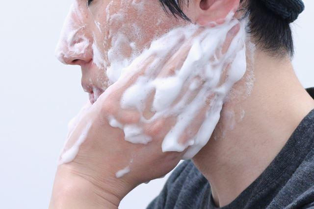 (5)耳のうしろや首との境目も忘れずに。汚れが溜まりやすく、体臭の元になりやすい部分です