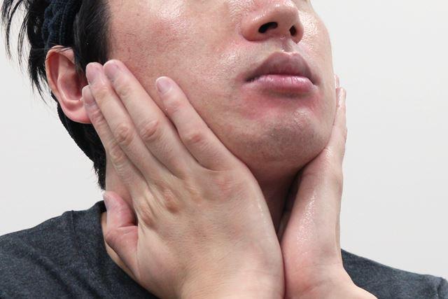 (3)顔のキワ、首も顔と同じ要領でなじませます