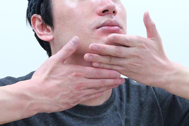 (6)化粧水と同様、首にもなじませます
