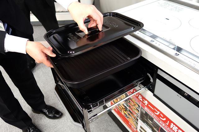 「ラク旨グリル」と「ラク旨オーブン」、そして付属の蓋は重ねてグリル内に全部収納が可能。場所をとらない