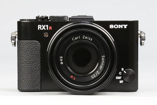 従来モデルと同様、開放F2の35mm単焦点「ゾナーT *」レンズを採用
