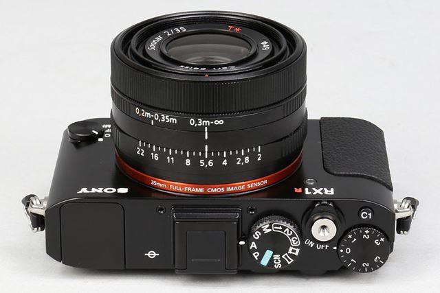レンズ部には絞りリングのほか、マクロ切り換えリングも装備。この操作性は従来モデルから継承されている