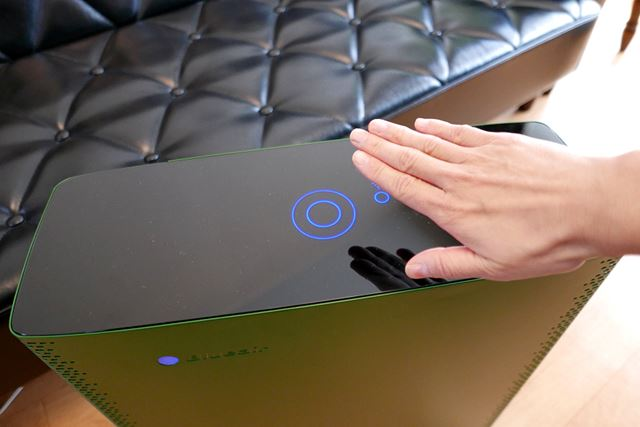 本体天面はガラストップ。物理ボタンがなくフラットでシンプルなデザインは、先進的な印象