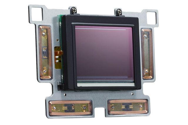 SR IIのユニット。フルサイズセンサーを搭載しながらも、ボディ内手ぶれ補正を実現した