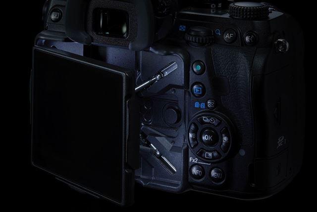 マウント上部だけでなく、モニター背面やSDカードスロットなども光る