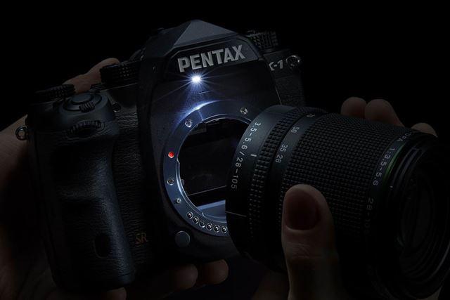 アシストライトのボタンを押すと、マウント上部が光る。暗いところでのレンズ交換をサポートする機能だ