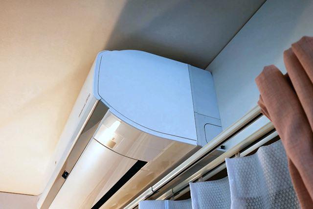 エアコン下にカーテンレールなどの障害物がある場合は、28.5cmの高さがあれば設置可能