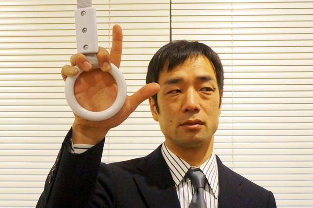 つり革の輪に手を入れずに、中指、薬指、小指の3本で上部を握る方法も有効