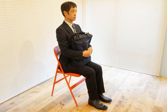 1.膝の上にカバンを乗せるのが通常スタイル