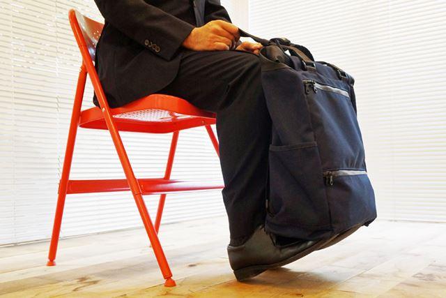3.バッグを乗せたままつま先を上げて、その状態を約10秒間保持する