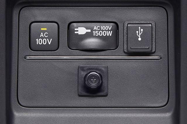 ハイブリッドらしくAC100Vの電源コンセントを装備。アウトドアや遠征など利用シーンは多い