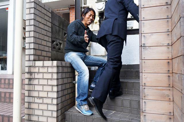 階段を上る時も、つま先が外側を向かないように注意しましょう