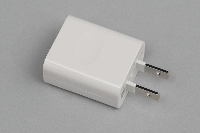 ACアダプターとUSBケーブルが付属する。ACアダプターは電流の出力が1Aになっている