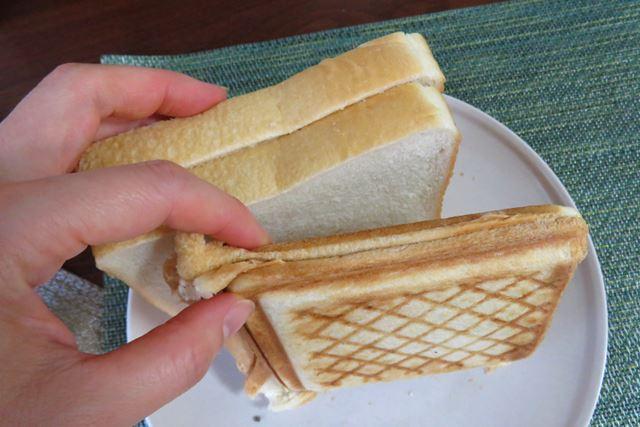 元の食パンと厚みを比較。かなりペッタンコになっている