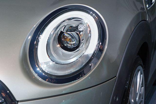 円形のヘッドライトはLED。このほかフロントフォグランプやテールライトなどもLEDとなっている