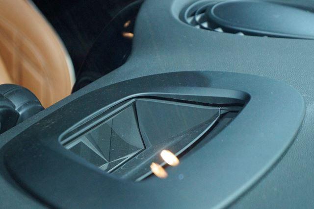 ヘッドアップディスプレイも用意。視線をほとんど動かさずに情報を参照できる